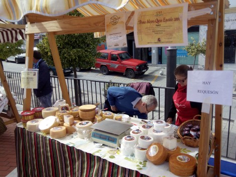 En esta foto del puesto de Quesos Montefrieño, se ve su certificado de ganador del Cheese Adwards 2013