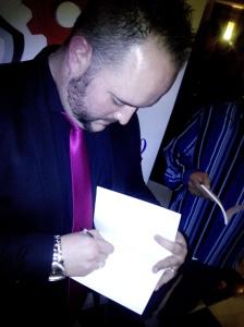 Antonio dedicando sus obras